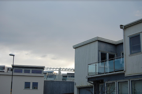Her i Kjerrbergtunet er det nylig montert solcellepanel-anlegg.