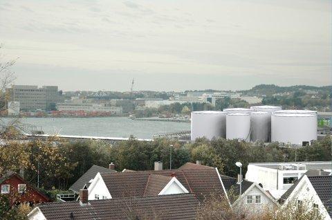 Slik vil det se ut fra Snøde når de nye utendørs drivstofftankene til Shell skal bygges i Risavika.