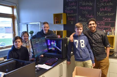 Gaming-PC workshop: Åpningen av FeelGood Tananger sitt gaming-rom nærmer seg, da må pcene stå klar til bruk.  Nylig ble det derfor arrangert en workshop der et knippe ungdommer samlet seg for å bygge seks nye pc-er. Her viser de stolt frem en ferdig maskin. Fra Venstre: Jesper Andersen (12), Adrian Aardalsbakke (12), Andreas Tholv (15), Ville Skarstein (14) og Rohaan Mooken (14).