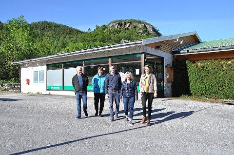 Peter Sigmundstad (frå venstre), Anne Berit Verpe, Ola Mosnes, Aud Valebjørg og Anbjørg Breiland Egeland satsar på ny butikkdrift på Fister, og vil ha heile bygda med seg.