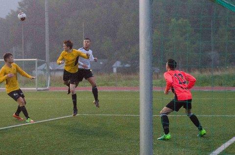 Hjelmeland gav aldri opp mot serieleiar Klebe, og spelande trenar Alexander Svendsen (kvit trøye) var ein av dei som hadde sjansar til å putta målet som mangla.