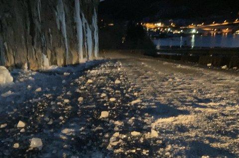 IS I VEGEN: Onsdag kveld var det mykje knust is i vegen ved Higrafjellet. Bjørn Tore Mæhle likte seg ikkje då han stod under fjellet og tok bildet.