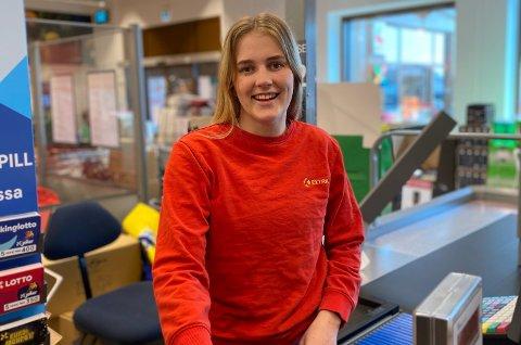 NOMINERT: Kristiane Holta Pedersen har blitt nominert av flere kunder. På tirsdag blir det avgjort om hun er «Norges hyggeligste kassadame».