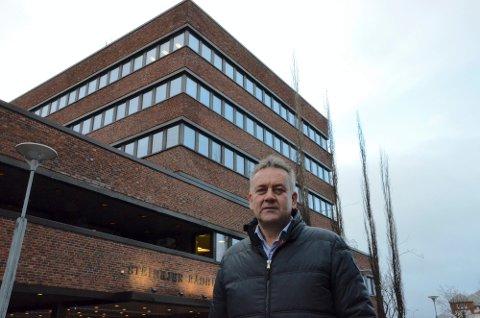 Steinkjerbygg-sjef Bjørn Kalmar Aasland har de siste to årene hatt hjørnekontoret i rådhusets sjette etasje med utsikt mot O2-huset. Til høsten blir han kommunedirektør, og da flytter han tre etasjer ned og på stikk motsatt side av bygget.