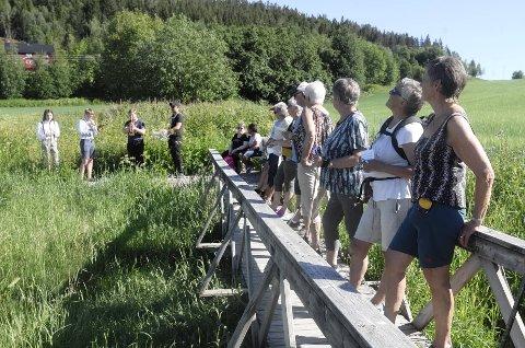 KONSERT UNDERVEIS: De glade vandrerne fikk servert musikalske innslag underveis. Her har de tatt en stopp mens Beitstadbanden spiller.
