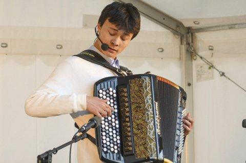 DRØMMESTIPEND: 17 år gamle Åsleik Kapstad er Norgesmester i accordion, og fikk i år Drømmestipend. Han sørget for sydlandske toner av vals og tango under folkefesten den 21. juni. Han har og hatt tid til å bli norgesmester i klassisk musikk etter det. Arkivfoto