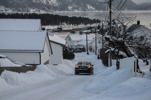 VIL HA FÆRRE BILER I GATA: Beboere i Søndre Brennagate har sendt brev til kommunen om det de mener er en trafikkfarlig vei. De ber om innkjøring forbudt-skilt.