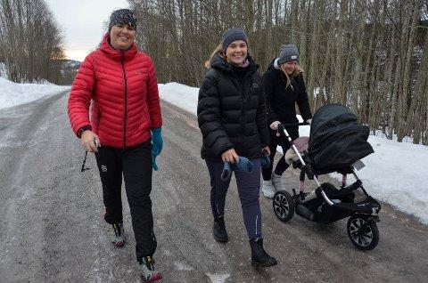 SATSER PÅ AKTIVITET: F.v: Arna Blikom (jordmor), Hanne Vettestad (fysioterapeut) og Caroline Borge fra en tur med tilbudet Mammatrim tidligere i år. Nå starter Helsestasjonen og Frisklivssentralen opp et nytt aktivitetstilbud, denne gangen for barn.