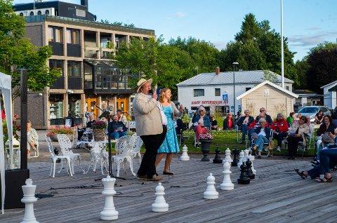 Jan Kristian Hverven og Cecilie Schilling skapte stemning med allsang i Sande og i Holmestrand.