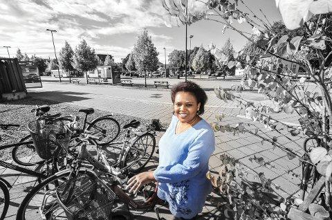 Kjemper for flyktningene: Cossy Mutamba kom selv som flyktning fra Rwanda i 2002. Hun jobber nå som egen jobbveileder for flyktninger hos Nav i Porsgrunn. Jobben består i stor grad av å få med seg arbeidsgivere på å gi flyktninger en sjanse og mulighet til å vise seg fram.