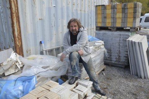 TROLIG AVVIKLE: Trond Langedok i Notodden Flis og Mur AS sier han trolig må avvikle som konsekvens av konkurransen fra de sjuskete aktørene i bransjen.