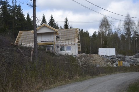 PÅ PLASS: Arbeidsbrakke med toalett kom på plass etter at Fellesforbundet Telemark hadde gjennomført en razzia. (hvit brakke til høyre)