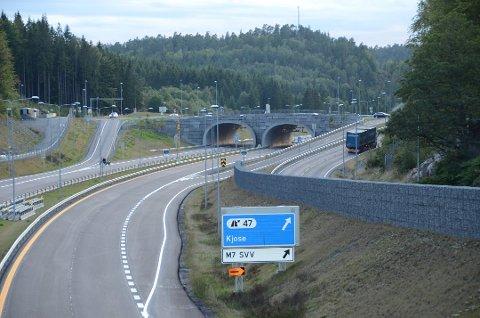 Vanskelig kryss?: Her ved avkjøringen til Larvik ved Sky klarte en bussjåfør å kjøre feil to ganger samme morgen. (Bildet er tatt i retning Telemark) Foto: Bjørn-Tore Sandbrekkene