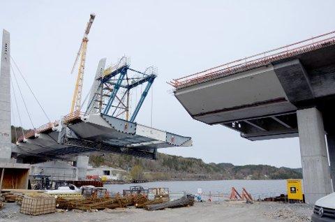 Snart klar: Her skal det siste store stålelementet løftes på plass fredag.
