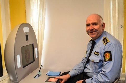 UTEN TIMEBESTILLING: Politistasjonssjef Øystein Skottmyr ved passautoamten ved politistasjonen i Kragerø.