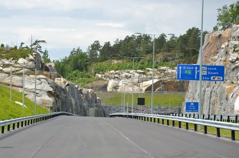 Nå må bilistene vente i minst to måneder til før de kan kjøre inn i Larvikstunnelen syd for Bommestad. Foto: Statens vegvesen