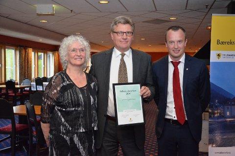 HEDRET: Teaterparet Sylvia Salvesen og Jan Ø. Wiig mottok fylkeskulturprisen for 2016 av fylkesordfører Sven Tore Løkslid. Denne prisen ble delt ut for første gang i 1977.