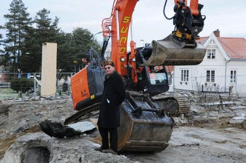 I GANG: Byggearbeidene på kirketomta har startet. På bildet er Aasmund Beier-Fangen som har vært blant de skarpeste kritikerne av det nye kirkebygget. Gravemaskinen på bilde har ikke noe med den konkrete episoden å gjøre.
