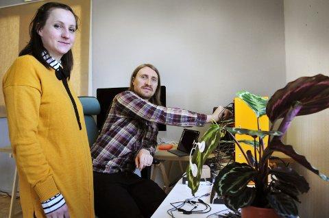 LYDEN AV GRØNT: Ved hjelp av sensorer festet til potteplantens blader, overfører Bettina H. Hystad og Simon T. Lerin impulser fra veksten som igjen omdannes til lyd.