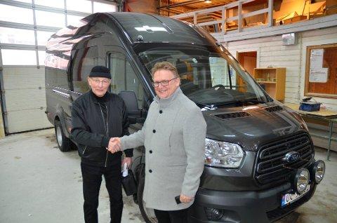 GAVE: Det var en storslått gave Finn Kristensen på vegne av Sørsmolt hadde med seg til Kragerø videregående skole. Her ved minibussen sammen med rektor Kai Magne Bråthen (t. h.).
