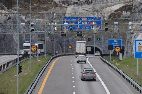 KAN BLI KØER: Fortsatt er det trafikk i kun ett felt i sørgende retning gjennom Larvikstunnelen. Foto: Bjørn-Tore Sandbrekkene