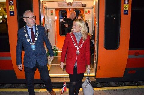 Rask tur: Både ordfører Rune Høiseth og Skien-kollega Hedda Foss Five var overrasket over hvor rask turen fra Porsgrunn til Larvik var. Foto: Bjørn-Tore Sandbrekkene