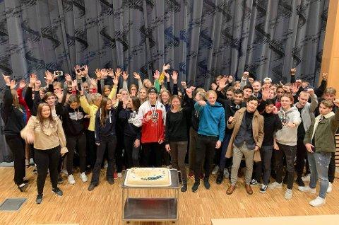 FORTJENT HYLLEST: Paul Schmid tok imot gratulasjoner på Hjalmar Johansen videregående skole torsdag. Foto: Hjalmar Johansen VGS