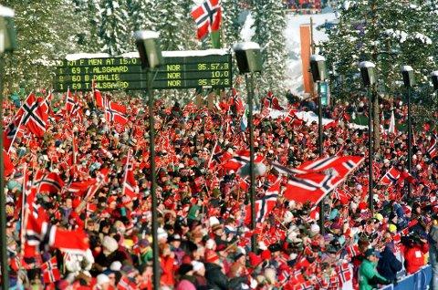 LILLEHAMMER 19940214 OL-94, Langrenn, Birkebeineren skistadion. Oversiktsbilde, masse publikum med norske flagg. Foto: Bjørn Sigurdsøn / NTB / Scanpix