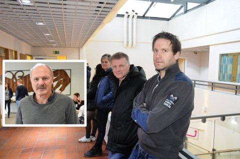HØRTE PÅ GEIR OLAV: Passkøene ved Bamble lennsmannskontor er lange. Geir Olav Tveit (innfelt) foreslo nye løsninger og nå tar justistdepartementet grep utover våren.