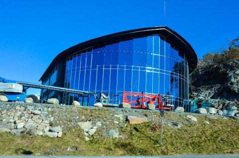 Stort og blått: 500 kvadratmeter glassflate blir svært så synlig langs Stavernsveien. Foto: Bjørn-Tore Sandbrekkene, Østlands-Posten