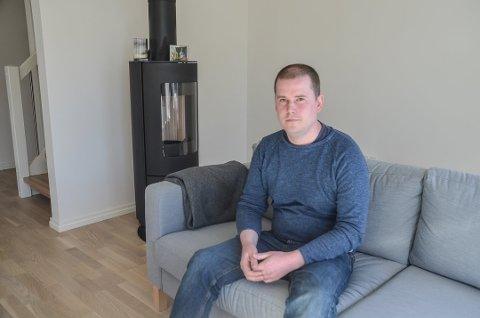 ENSOM I SOFAKROKEN: Morten Rognan (35) er aktiv både i politikken og ellers på fritida, men etter 12 år som aurskoging har han fortsatt ingen nære venner. FOTO: ROGER ØDEGÅRD