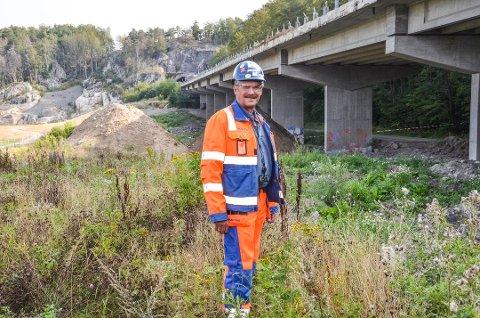 VEMODIG: Jan Arne Johansen fra Nome var med å bygge viadukten ved Bøkeskogen i 1974. Denne uken skal han se på når den rives ned. Foto: Bjørn-Tore Sandbrekkene, Østlands-Posten