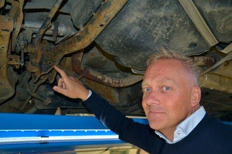 – Er du ikke nøye med underspyling, får rusten ekstra gode arbeidsvilkår, fastslår Kjell Rese i Viking Kontroll. Foto: Frank Williksen, Broom.no