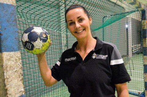 TRIVES MED GUTTA: Gunn Vintervold (41) er nå fysisk trener for Runars herrelag i eliteserien i håndball. – Jeg liker å sette meg hårete mål, og det er en stor utfordring å jobbe med «gutta boys». Jeg stortrives hos Runar, men den store drømmen min er å bli trener for et landslag, sier Gunn, som er svært takknemlig for at Runar-trener Leif Gautestad ga henne jobben. Foto: Linda Nilsen