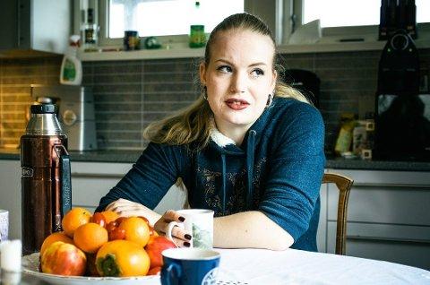 KONTAKTET AV ELDRE MENN: Lise Marie Sommerstad (28) er lei av menn som sender ubehagelige meldinger. – De eier rett og slett ikke folkeskikk, sier hun. Foto: Bjørnar K. Bekkevard