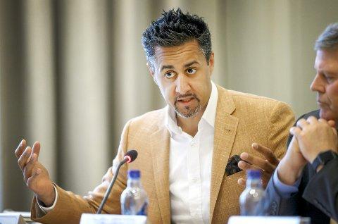 ÅPNER LOMMEBOKA: Kultur- og likestillingsminister Abid Raja kom med flere nyheter til idretten i sitt budsjettforslag. Foto: Trond Reidar Teigen / NTB