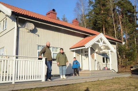 MARERITT: I 2018 kjøpte ekteparet Bent og May-Britt Rammen Vordal sammen med blant annet sønnen Casper, drømmehuset i Grevlingveien i Vikersund. Siden har huset blitt et stort mareritt det vil koste 1,3 millioner å reparere.