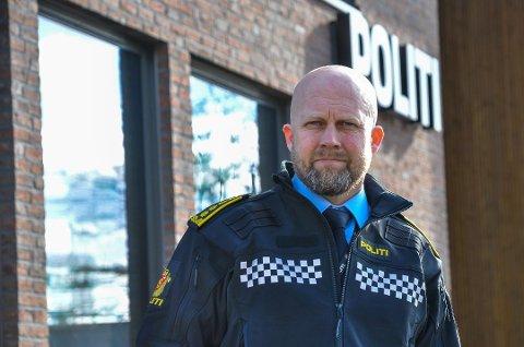 BØTER OG ANMELDELSE: Påtaleleder i politiet, Kjell Johan Abrahamsen, forteller hvordan politiet skal håndtere smittesituasjonen. Foto: Asbjørn Olav Lien