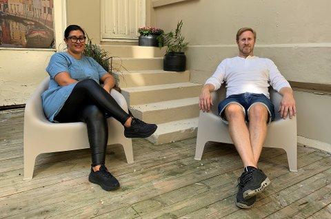 UTEOMRÅDE: Juy Anita Andersen og Daniel Christensen tar en liten pustepause før dørene åpnes for gjestene. BLA FOR Å SE FLERE BILDER.