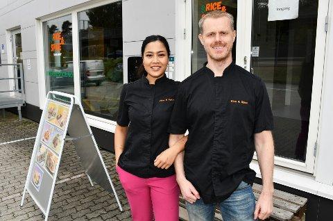 NYE LOKALER: - Husleia er tre ganger så høy her som på Tollnes. Men vi prioriterer god plass og muligheten for å ekspandere, sier Anders Kjeldsen om lokalene ved Menstadbrua.  Her sammen med ektefelle og kjøkkensjef, Venus Pongpai.