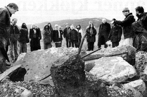 SISTE JOBBEN: – Denne haugen er det siste arbeidslaget som bie utført før jernverket ble nedlagt, opplyste omviser Edgar Gundersen (nest ytterst til høyre) på Tinfosområdet søndag.
