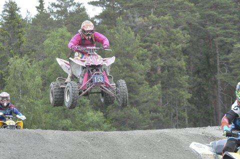 Jakter guttene: Henriette Trosthoel (14) fra Kongsberg er vant til å hanskes med guttene på Leivstein. Lørdag konkurrerte hun som vanlig som eneste jente i ATV-løypene. – Farten og spenningen er det beste, sier Henriette.