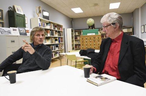 Møttes: De møtes på Notodden bibliotek tirsdag. Tømmerhogger og historieforteller Sveinung Bakka (til venstre) lærte Hans Herbjørnsrud svært mye om historiefortelling før bok-debuten i 1979.