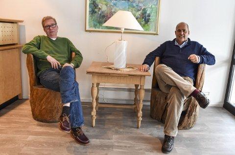 BOLKESJØ: – Det er godt å være tilbake, sier Olaf Olsvik (t.v.), som her sitter sammen med daglig leder Eivind H. Kjærstad i resepsjonsområdet. Olsvik jobber både på Bolkesjø og i Oslo, og gründeren av Mestringshusene sier dette om det å drive slike behandlingssteder: – Det er mer enn en jobb. Det er en livsstil.