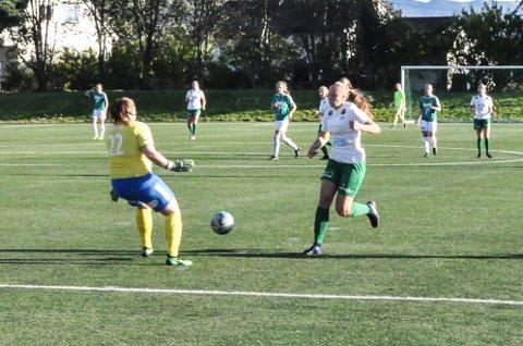 NESTEN: Eline Westeng Bakken var nære på å putte etter 36 minutter, men keeperen rykket ut og avverget scoring til hjemmelaget.