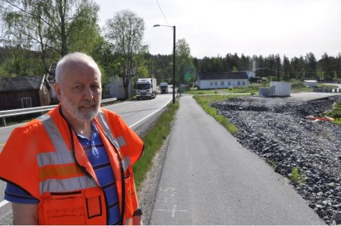 VEGARBEID: Her blir det fortsatt vegarbeider utover høsten for byggeleder for Saggrenda-parsellen, Svein Borgen.