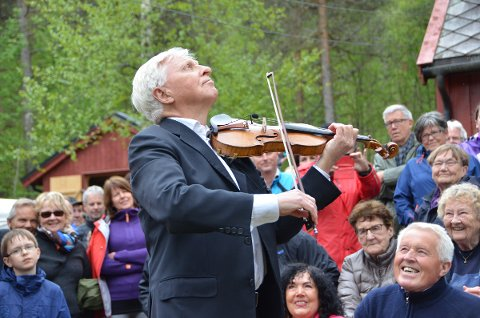 Arve Tellefsen har vært på ønskelista hos arrangørene siden starten. Lørdag var han endelig på Kleivakvelden. Tellefsen var i storform, og så ut til å storkose seg. Det gjorde i alle fall publikum.