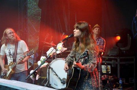 Ida Jenshus med band her fra Fosskonserten i Valsøybotn i 2013.