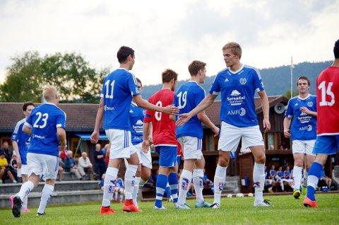 Sander Smevoll (11) gratuleres med 1-0-målet av Bjørnar Dalsegg Sæter, som senere i kampen laget straffe som han satte sikkert i mål til 2-0.