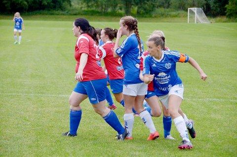 Mari Smevoll (til høyre) var både for rask og god for gjestene fra Eide/Omegn Hun ga seg ikke før hun hadde satt inn fire mål. Til sammen ble det 10 til vertene og 1 til gjestene.
